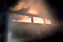 Photo of İki katlı ev alevlerle teslim oldu